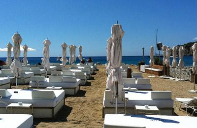 Strandbedjes huren op Ibiza